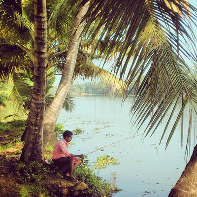 川べりに坐って釣り。優雅な時間が流れています。