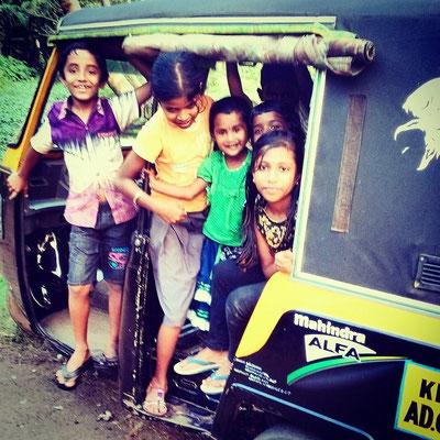 オートリキシャーに乗り込んで遊ぶ子どもたち。