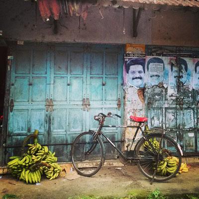 バナナと自転車。よく買い物に出かけた町の市場。