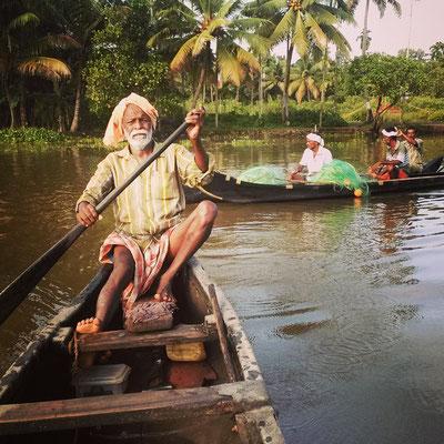 渡し船、そして背後に漁師さん、バック・ウォーターらしい風景。