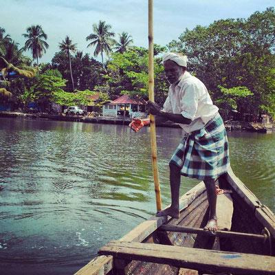 水に囲まれた、バック・ウォーター地帯の風物詩、渡し船の船頭さん。
