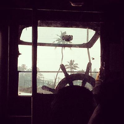 パブリック・フェリーの運転席。1時間乗っても10ルピーほど(約20円)。