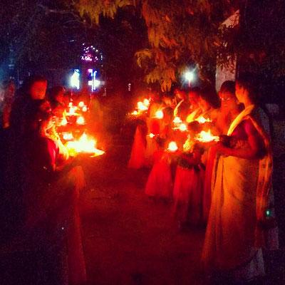 インドでは各寺院ごとに独自のお祭りがあります。近所の女性が集まり、手にキャンドルを持って捧げ物。