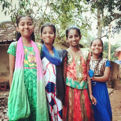 近所の女の子たち。今日は寺院へお参りに行くのでちょっとおめかし。