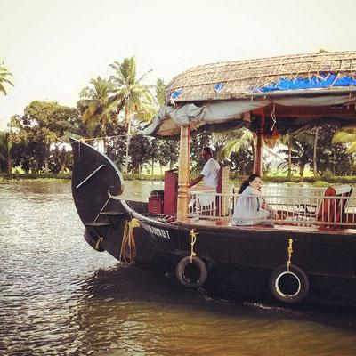 運河をゆるりと走る、ハウスボートと呼ばれる豪華なクルーズ船。