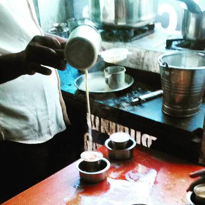 南インドのコーヒー屋さん、ちょっとビターで甘いミルクコーヒー。高い位置から注ぎ入れ、手動で泡立てます。一杯7ルピー(約14円)。
