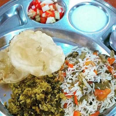 ヨガアシュラムでの夕ごはん。ビリヤニ(炊き込みご飯)と野菜のおかず。