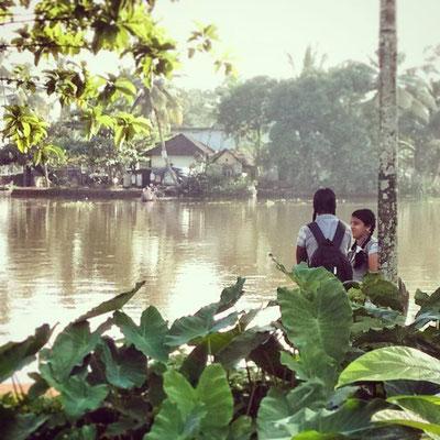 渡し船を待つ女学生たち。毎日こんなおだやかな風景の中、通学できるなんていいな。