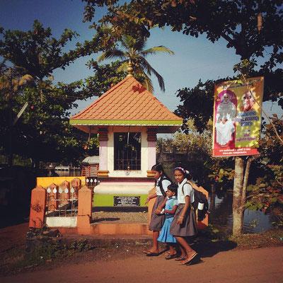 朝の通学風景。ケーララは識字率90%以上。インドで一番教育水準の高い州です。