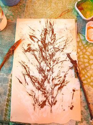 Tapetenmalerei mit Gräserdruck und selbstgemachten Naturpinseln