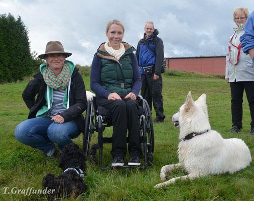 Carolin, Elvis (B-Wurf), Katja (Trainerin von Elvis) und Echo (Pudel-Welpe von Katja)
