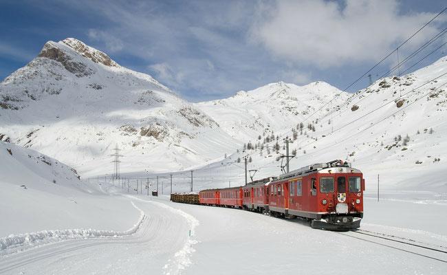 Schneelandschaft mit Eisenbahn