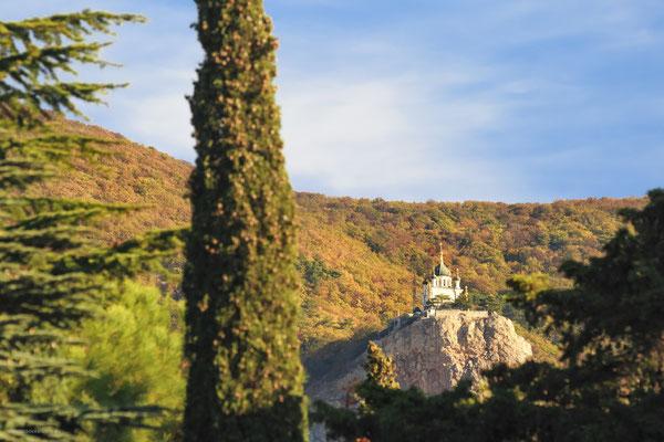 Вид на Воскресенскую церковь в Форосе