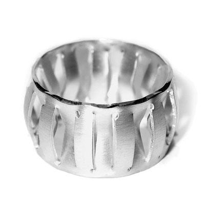 skulpturaler Ring in Silber, dreidimensional, entstanden aus einer Fläche