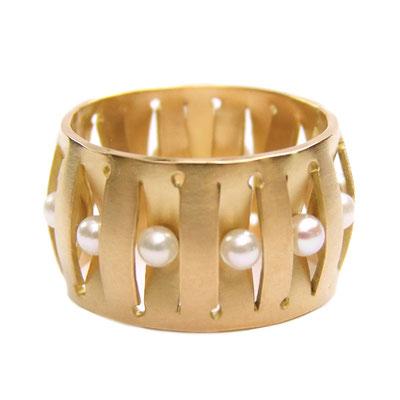 romantischer Ring in 18ct Gold mit Akoyaperlen ringsherum, wie ein Krone
