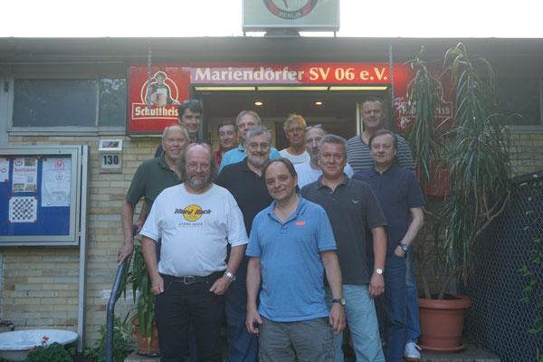 Und die ganze Gruppe mit dem neuen Trainer vor dem Vereinsheim.