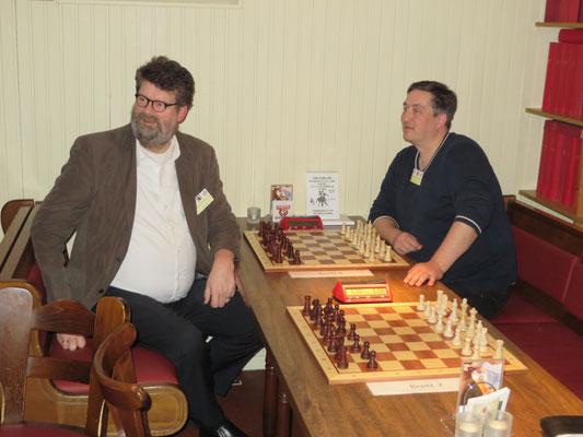Zwei Admins zweier großer Chessmail-Clubs warten auf den Start der nächsten Runde.