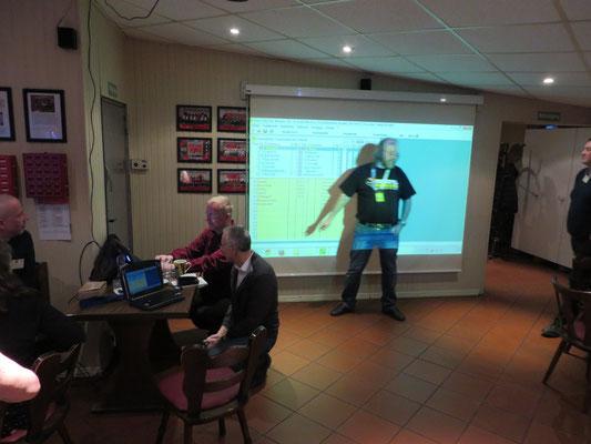 """20:15 Uhr, nach dem Vortrag von """"shaack"""": Unser Turnierleiter in Aktion. Reibungsloser Ablauf - eigentlich wie immer bei Schach-Turnieren im Mariendorfer SV 06!"""