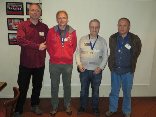 """Turnier-Veranstalter """"shaack"""" mit den Medaillen-Gewinnern in Gold, Silber und Bronze! beim 1. Chessmail-Blitzturnier."""