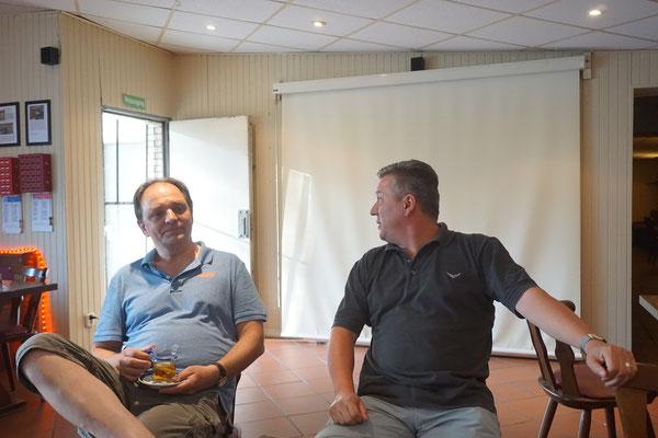 Dann beginnt die Besprechung - Olaf stellt Dirk als neuen Trainer vor...