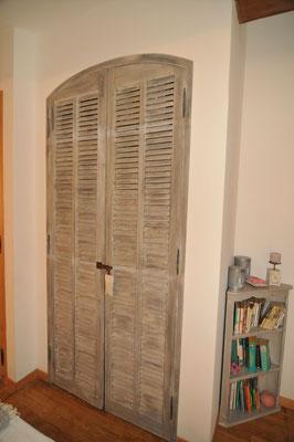 persiennes anciennes  servant de porte de placard/penderie