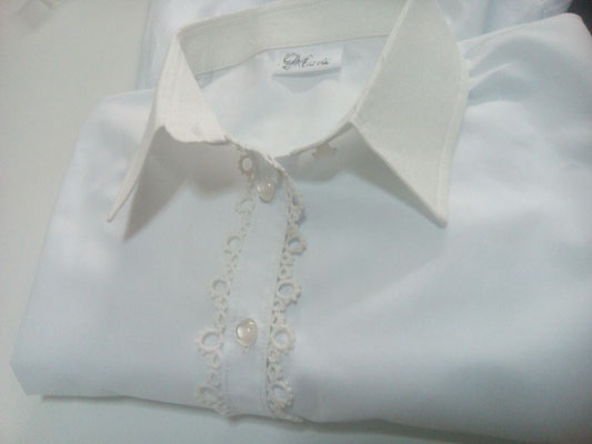 Confección de fina camisa femenina