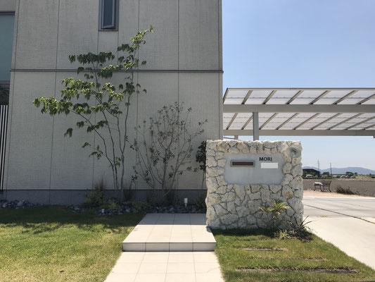 アプローチには既設のタイルと同じものを貼り合わせ、門壁には天然石灰岩を使用し、植栽と共に風合いが楽しめる素材をチョイス。