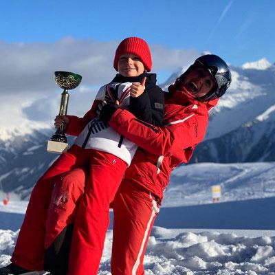 große Pokale - große Freude - Sieg beim Skifahren mit Skischule Finkenberg