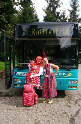 Clownin Popolina und Clownin Pipa fahren mit dem Bus