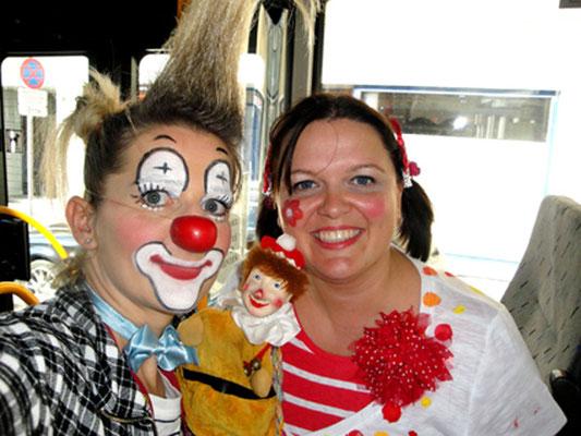 Clownin Popolina trifft den Kasperl im Bus