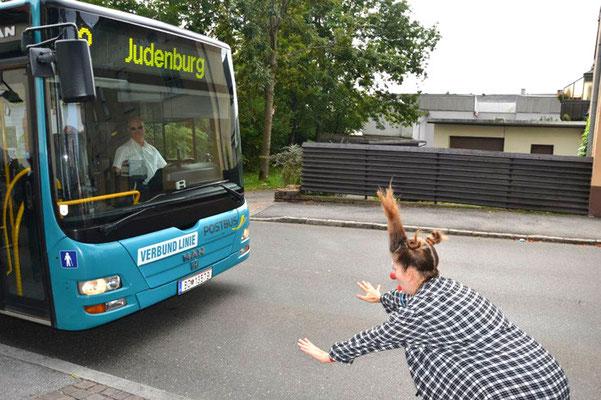 Clownin Popolina fährt mit dem Bus