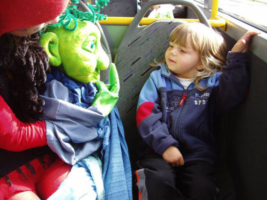 Gogol vom Planet der Wasserwesen fährt mit dem Bus