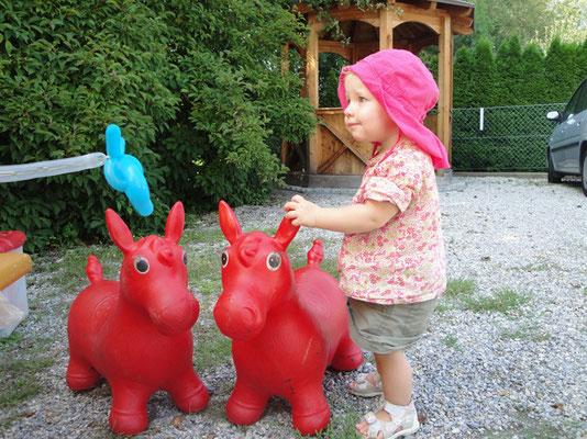 """""""Hopp, Hopp, Hopp, mein Pferdchen lauf Galopp"""" denkt sich Viktoria"""