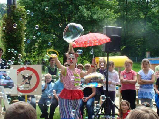 Clownshow der Sicherheitsclownin Popolina beim Badesicherheitstag (Grosse schützen Kleine)