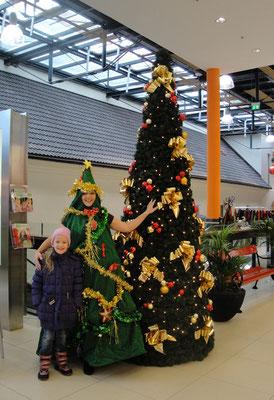 Der Singende und Swingende Weihnachtsbaum im Shoppingcenter