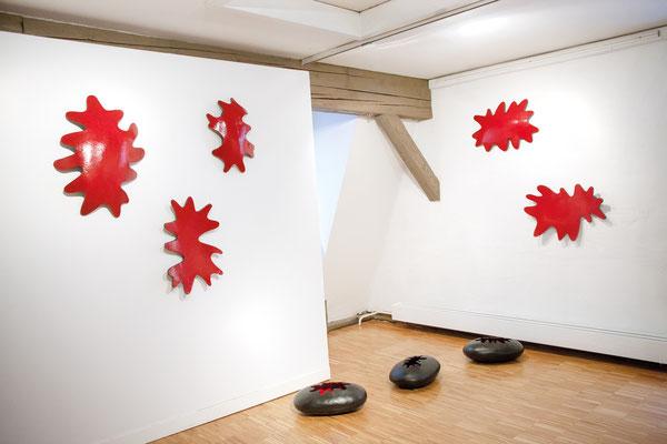 Mitochondrien 1 – 8, 2015-2017, glasierte Keramik, max. 67x52x10 cm; Ausstellungsansicht Kunstverein Heidenheim 2017