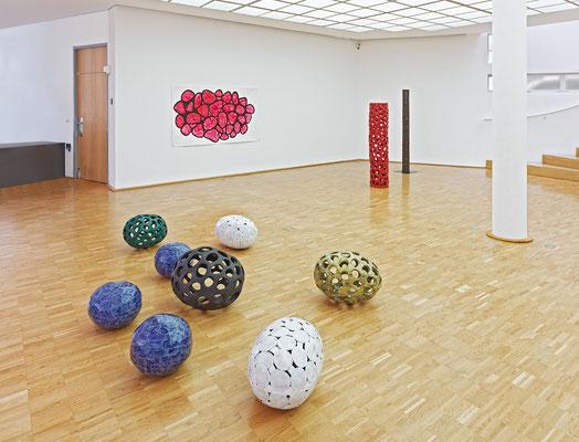 Kerne und Kernstrukturen, 2011-2014, glasierte Keramik; Ausstellungsansicht Städtische Galerie Tuttlingen 2014