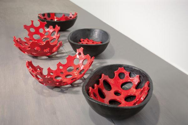 Zellstrukturen 1 – 5, 2018, glasierte Keramik, max. 49x32x16 cm; Ausstellungsansicht Galerie im Kornhaus, Leutkirch 2018