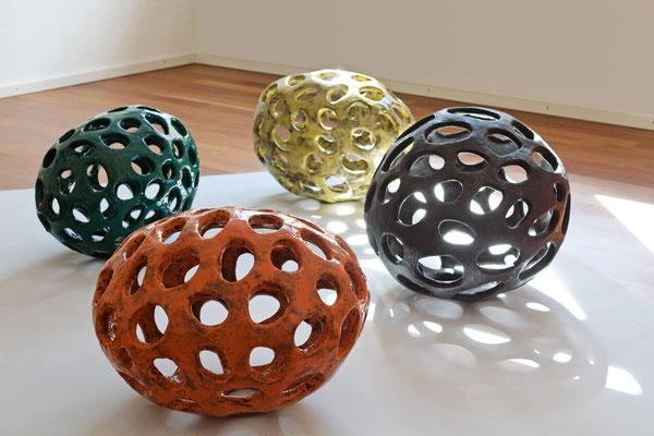 Kerne, 2011, glasierte Keramik, Durchmesser 35-57 cm; Galerie Grashey, Konstanz