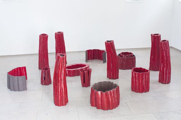 Zellkraftwerk, 15-teilig, 2012-2014, glasierte Keramik, Höhe max. 70 cm; Ausstellungsansicht Gerhard Marcks Museum, Pavillon, Bremen 2014