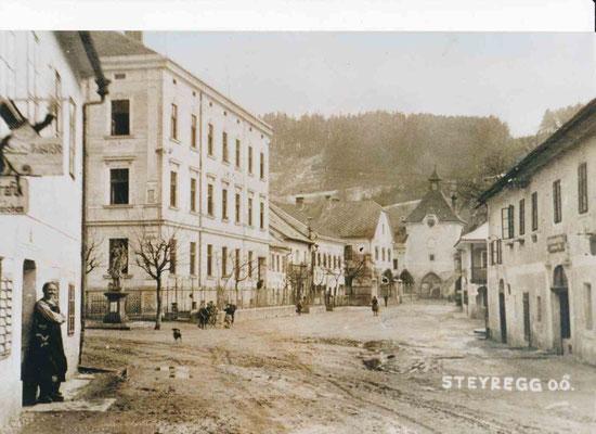 Blick in die Stadtturmgasse vor der Straßensanierung in den 30er Jahren.