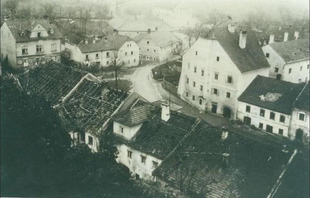 Stadtplatz mit Bombenschaden