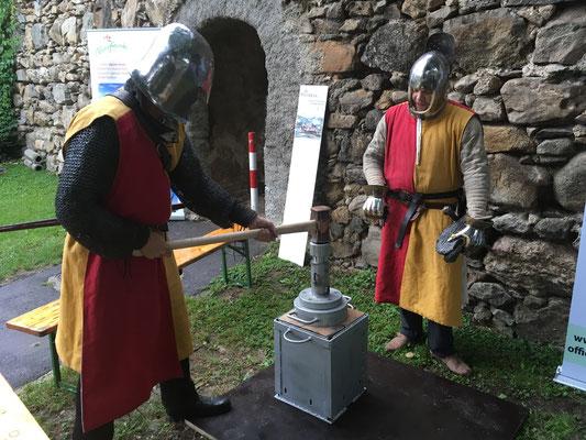 Zwei Ritter prägen Medaillen