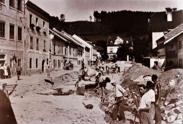"""Der große Strassenumbau im Ortskern in 1935. Vorher erfolgte auch der Bau der heutigen Holzwindener Straße, damals """"Neue Straße"""" genannt."""