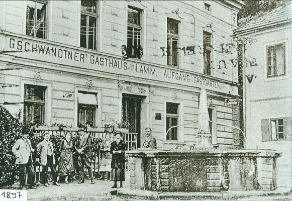Fotografie aus 1897 mit Karbrunnen