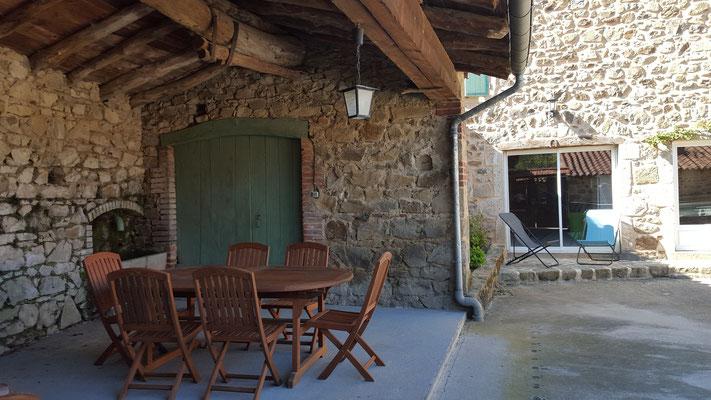 cour couverte et son salon de jardin