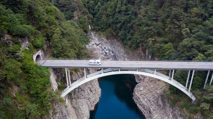 2020, Woche 37, Brücke vor Vogorno im Verzascatal