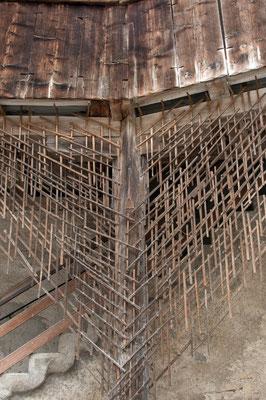 5346 / Wochenbild, Holzrost für Kletterpflanzen, Schloss Greyerz
