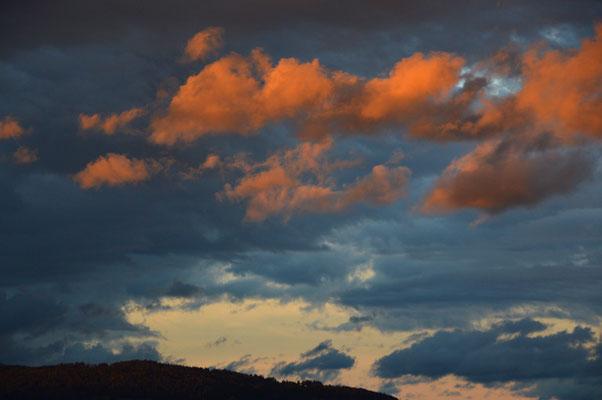 5048 / Wolkenstimmung über dem Pfannenstiel / 6016 x 4000 / JPG-Datei