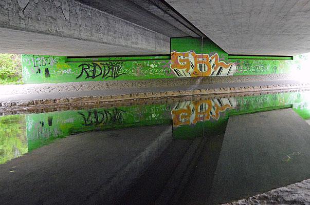 5177/ Woche 17 / Opfikon, Spiegelung in der Glatt,  A51 Brücke